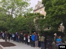 在欧洲驻美使馆外排队等待的人群 (美国之音莉雅拍摄)