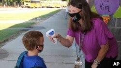 Nastavnica Kristal Mej meri temperaturu deci preškolskog uzrasta u okrugu Njuton u Misisipiju (Foto: AP/Janine Vincent/Newton County Schools)