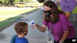 Nastavnica Kristal Mej mjeri temperaturu djeci preškolskog uzrasta u okrugu Njuton u Misisipiju.