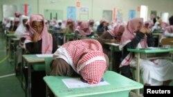 دانش آموزان یک مدرسه راهنمایی دولتی در شهر ریاض، پیش از برگزاری امتحان آخر سال - فوریه ۲۰۰۹
