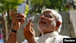 Thủ tướng Ấn Độ Narendra Modi 'selfie' với chiếc điện thoại di động.