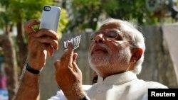 """صدراعظم هند گفت او از """"عکس گرفتن با دختر"""" الهام گرفته است."""