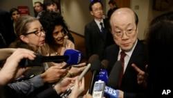 유엔 안보리가 새 대북 제재 결의안 초안을 발표한 지난 2월 류제이 유엔 주재 중국 대사가 기자들의 질문에 답하고 있다. (자료사진)