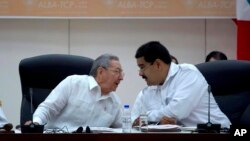 El presidente de Cuba, Raúl Castro, junto al mandatario venezolano, Nicolás Maduro.