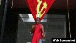 宋庄艺术家追魂2010年以中共党旗上吊的行为艺术(网络图片)