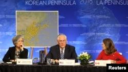 (左起)韩国外交部长康京和,美国国务卿蒂勒森和加拿大外交部长克里斯蒂安·弗里兰出席温哥华朝鲜半岛安全与稳定问题外长会议(2017年11月9日)