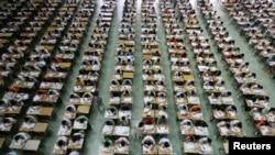 广东东莞理工学院的学生在大厅里参加英语考试以防作弊(2007年7月9日资料照片)