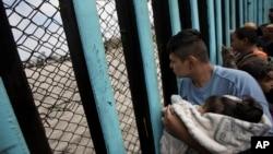 Grupa imigranata iz Centralne Amerike fotografisana u Tihuani, Meksiku, prije ulaska u SAD