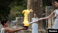 L'actrice grecque Katerina Lehou joue le rôle de grande prêtresse avec la flamme sur le flambeau lors de la cérémonie d'allumage des flammes olympiques de jeux olympques d'hiver Pyeongchang 2018, 24 octobre 2017.