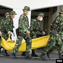 Anggota tentara Indonesia melakukan latihan anti-terorisme gabungan dengan pasukan elit Australia di bandara internasional Kuta, Bali (foto: dok).