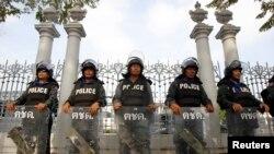La police anti émeute devant le Parlement à Bangkok, le 26 novembre 2013. (Reuters)