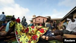 Une malade semble abandonnée à la cour du centre pour maladie mentale de l'hôpital de Bouaké, Côte d'Ivoire, 12 octobre 2002.