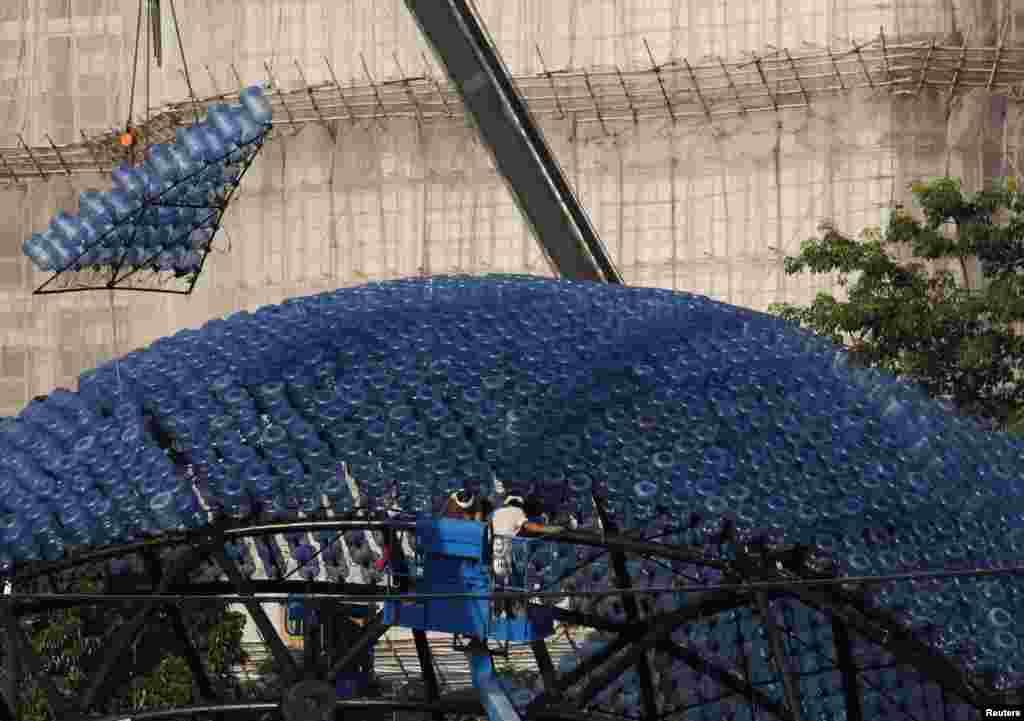 7천 개의 플라스틱병을 재활용하여 만든 조각상이 10일 홍콩 빅토리아 공원에 설치되고 있다.