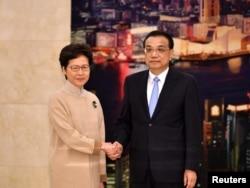 2019年12月16日,中国国务院总理李克强在北京接见香港特首林郑月娥时握手。