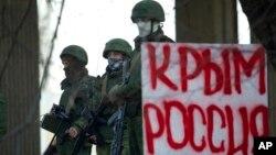 Những tay súng không rõ nguồn gốc đứng trước tòa nhà quốc hội Crimea ở Simferopol, ngày 1 tháng 3, 2014.