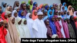 Shugaba Buhari ya gana da daliban makarantar Dapchi da aka dawo.