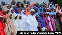 Le président nigérian rencontre les élèves de Dapchi, le 23 mars 2018. (VOA)