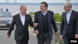 ປະທານາທິບໍດີ Vladimir Putin (ຊ້າຍ) ກັບ ປະທານ ອີຢູ ທ່ານ Jose Manuel Barroso (ກາງ) ແລະປະທານສະພາ ອີຢູ ທ່ານ Herman Van Rompuy ຢູ່ບ່ອນຈັດກອງປະຊຸມສຸດຍອດ ນອກນະຄອນ St.Petersburg, ຣັດເຊຍ, ວັນອາທິດ ທີ 3 ມີຖຸນາ 2012.