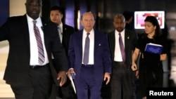 2018年5月3日,美國商務部長羅斯正在離開北京的一家酒店,他是前往北京進行高層談判的美國代表團成員之一。