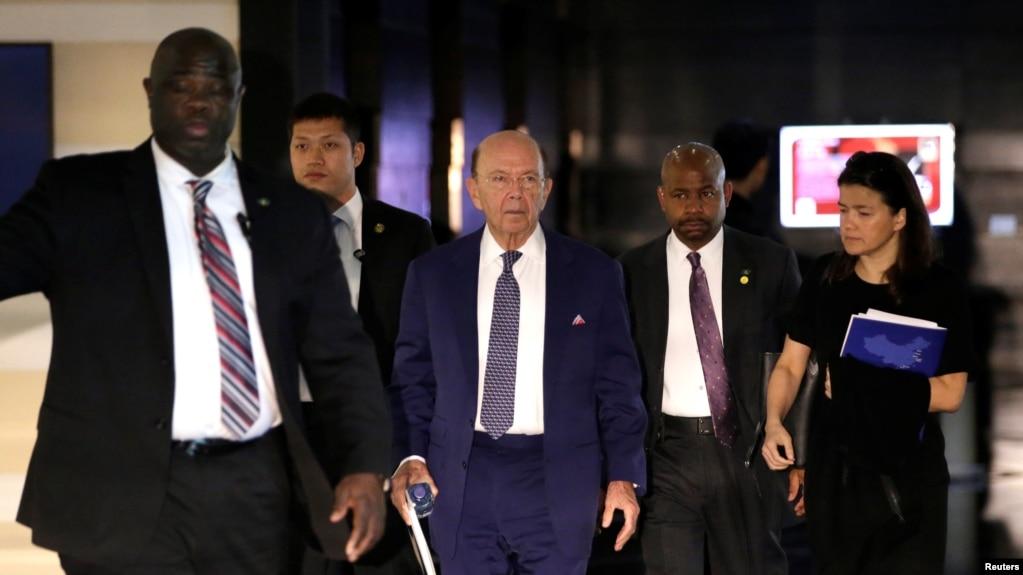 美國商務部長羅斯作為前往北京進行高層談判的美國代表團成員之一正在離開北京的一家酒店。 (2018年5月3日)