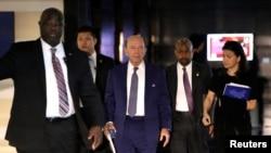 美国商务部长罗斯作为前往北京进行高层谈判的美国代表团成员之一正在离开北京的一家酒店。(2018年5月3日)