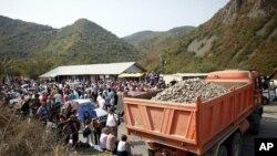 图为科索沃的塞尔维亚族人9月16日围在通往塞尔维亚-科索沃的一处过境通道处