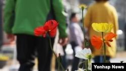 포근한 봄 날씨가 이어진 16일 가벼운 옷차림을 한 시민들이 시청 앞 서울광장을 지나고 있다.