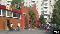 莫斯科街頭一家中餐館外的中國遊客 (美國之音白樺拍攝)