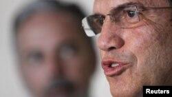 El ministro de Relaciones Exteriores de Ecuador, Ricardo Patiño, dice que su país sigue recabando información para tomar una decisión razonada sobre el asilo de Julian Assange.