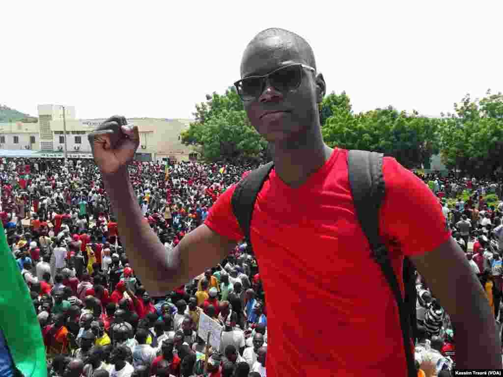 Un participant à la marche citoyenne à Bamako, au Mali, le 18 juin 2017. (VOA/Kassim Traoré)