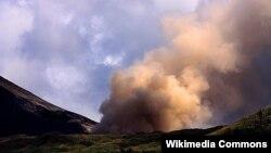Gunung Lokon di Sulawesi Utara, Indonesia, saat meletus Juli 2011. (Foto: Dok)