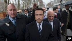 Cựu nghị sĩ Michael Grimm rời toà án liên bang tại Brooklyn sau khi tuyên nhận tội trốn thuế liên bang 23/12/2014.