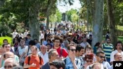 Gezi Parkının yeniden açılmasından sonra gezmeye gelen İstanbullular