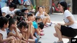 北京民工子女上不起幼儿园,和义工在一起