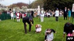 Trẻ em tham gia Lăn trứng Phục Sinh trong sân cỏ Tòa Bạch Ốc