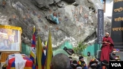 Students take part in 24 hour hunger strike at the Dala Lama's temple, Dharamsala, India, February 11, 2013 (Ivan Broadhead/VOA).