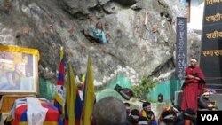 Students take part in 24 hour hunger strike at the Dala Lama's temple, Dharamsala, India, February 11, 2013 (Ivan Broadhead/VOA).