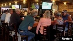 Мешканці Флориди зібралися у ресторані McCall's, без масок та соціальної дистанції