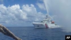 Tuần duyên Trung Quốc tiếp cận ngư dân Philippines gần bãi cạn Scarborough ở Biển Đông, 23/9/2015.