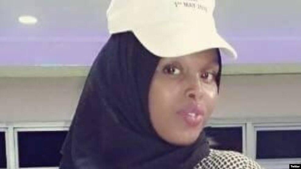 ဆိုမာလီ အစိုးရပိုင္ ေရဒီယိုနဲ႔ရုပ္သံ အမ်ဳိးသမီး သတင္းေထာက္ Sagal Salad Osma (ဓါတ္ပံု- HarunMaruf @radiomugadisho).