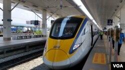 马来西亚铁路上行驶的80%的机车车辆都是由中国公司生产的。(2016年3月15日,美国之音朱诺拍摄)