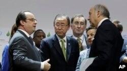 Le président français François Hollande, le Secrétaire général de l'ONU Ban Ki-moon, et Laurent Fabius, le ministre des Affaires étrangères, à la COP21, le 12 décembre 2015.