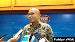 Juru Bicara Kementerian Luar Negeri Arrmantha Nasir sedang memberikan penjelasan kepada wartawan soal evakuasi 17 WNI di Marawi, Jumat (2/6) di kantornya. (VOA/Fathiyah)