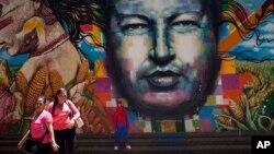 """El oficialismo exhibe la figura o el rostro Chávez por todas partes como señal de que el chavismo """"vigila""""."""