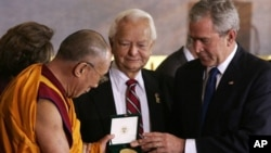 US President George W. Bush (R) presents His Holiness the 14th Dalai Lama of Tibet (L) with the Congressional Gold Medal as US Senator Robert Byrd (C) looks on in the Rotunda of the US Capitol in Washington, DC, 17 October 2007. The Congressional Gold Med