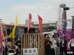 抗议者在牢笼内呼吁释放钟鼎邦 (美国之音叶兵拍摄)