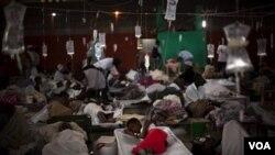 Penderita kolera di Haiti dirawat di gedung olahraga yang dijadikan tempat perawatan darurat di kota Cap Haitien, 23 November 2010.