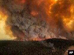 지난해 12월 30일 호주 빅토리아주 베언즈데일에서 들불로 인한 화염이 치솟고 있다.