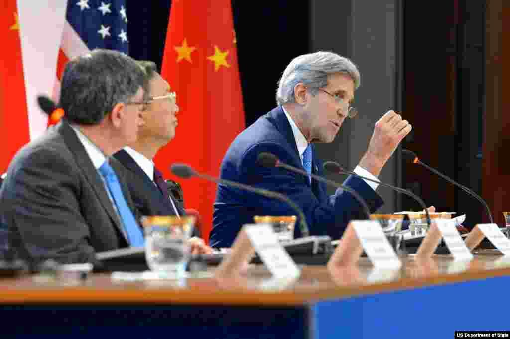 美国国务卿克里在美中战略与经济对话期间出席一个有关气候变化的会议