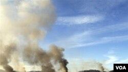 Kepulan asap terlihat di Pulau Yeonpyeong, Korea Selatan setelah tembakan artileri Korea Utara hari Selasa.